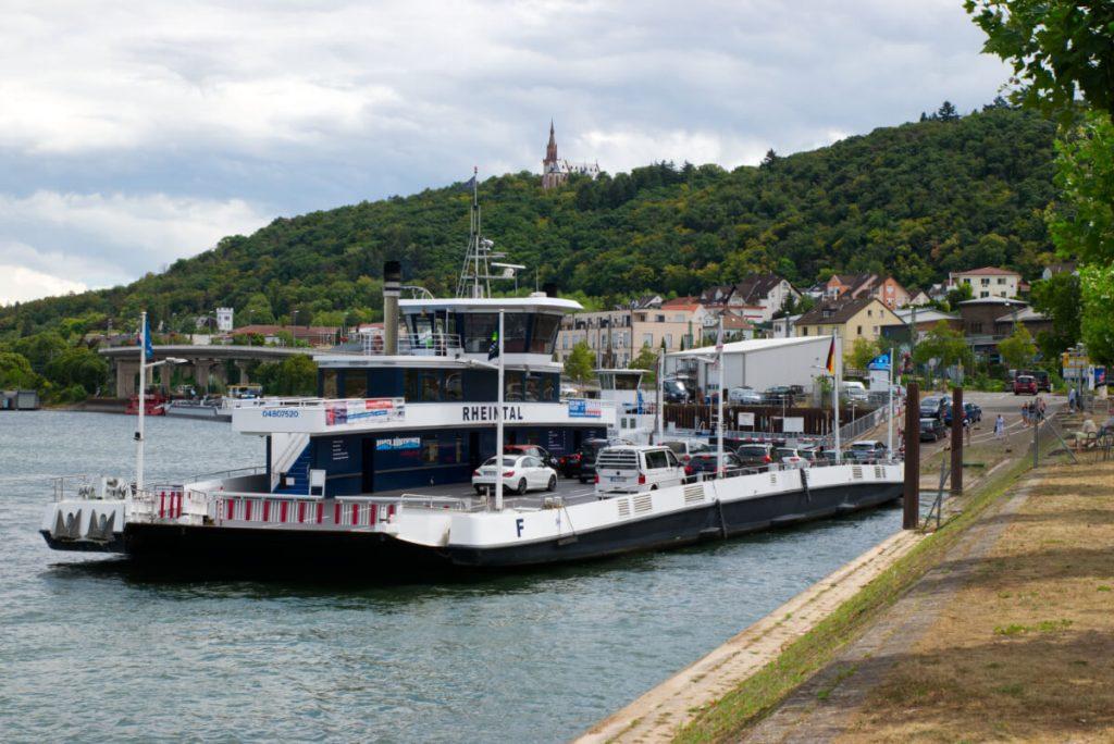 Die Autofähre Bingen-Rüdesheim.